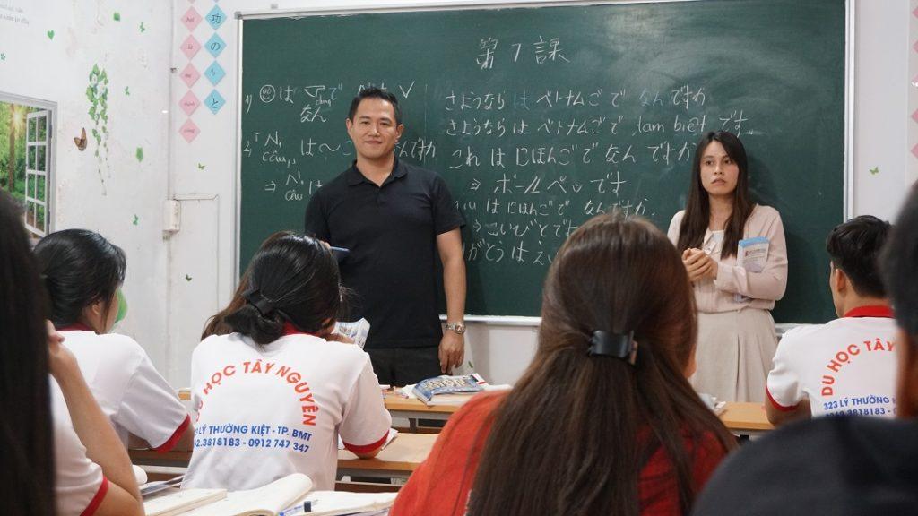 Trao đổi giữa đại diện trường và học sinh Du học Tây Nguyên