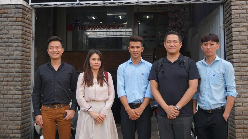 Du học Tây Nguyên chụp hình lưu niệm với đại diện trường Sakitama