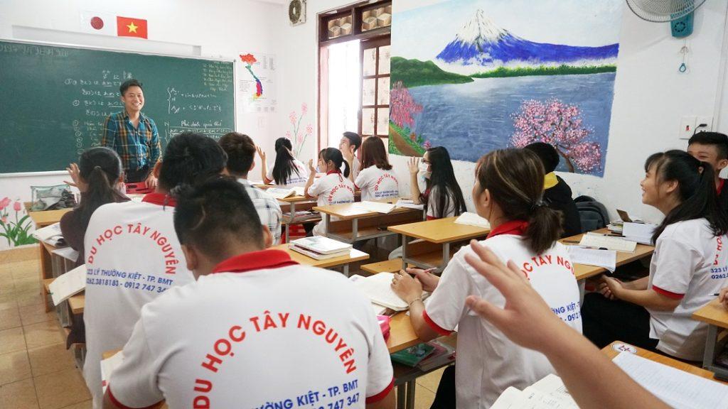Giám đốc Nguyễn Quý Anh có buổi chia sẽ với các bạn học sinh