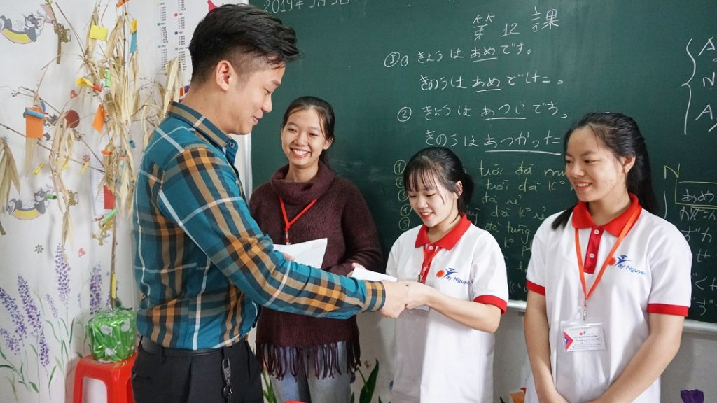 Giám đốc Nguyễn Quý Anh trao thưởng cho các em học sinh có thành tích xuất sắc trong học tập